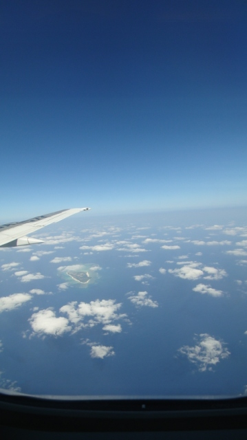機内からの景色 空の上の方が薄暗いのは宇宙?