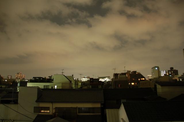 夜-自宅の窓から町明かりの空